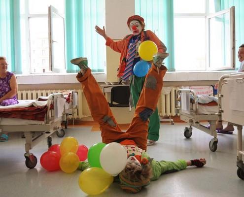 Un zâmbet pentru fiecare (terapie prin artă Create.Act.Enjoy, Spitalul de Recuperare Cluj, august 2014). foto credit: Alin Barbir